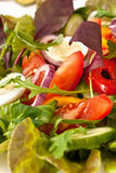 Salatmischung mit Wachteleiern Stockfoto