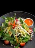 Salatplatte mit saurer Mango Lizenzfreies Stockbild