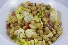 Salatschüssel auf weißem Hintergrund Stockbild