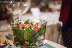 Salatschüssel an einem versorgten Hochzeitsempfang Lizenzfreies Stockfoto