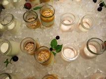 Salatsoße auf Eiswürfel stockfotos