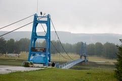 Salavat region, Bashkortostan, Rosja rzeczny Salauatka Sierpień 1, 2017 niebieski most Kopalna wiosna i strumień 1 lato Zdjęcie Stock