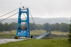 Salavat region, Bashkortostan, Rosja rzeczny Salauatka Sierpień 1, 2017 niebieski most Kopalna wiosna i strumień 1 lato Obraz Royalty Free