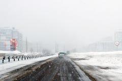 Salavat Rosja, Luty, - 26, 2017: niebezpieczny jeżdżenie w śnieżycy, autostrada z samochodami w miecielicie obrazy royalty free
