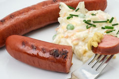 Salchicha alemana de Bratwurst con ensalada de col Foto de archivo libre de regalías