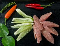 Salchicha amarga tailandesa con los chiles y el pepino Imagen de archivo