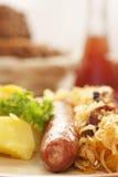 Salchicha con las patatas y el sauerkraut Imagen de archivo