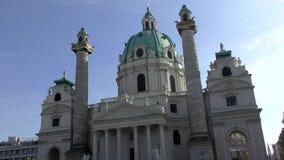 Salchicha de Frankfurt Karlskirche en Karlsplatz en Viena, Austria metrajes