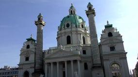 Salchicha de Frankfurt Karlskirche en Karlsplatz en Viena, Austria almacen de video
