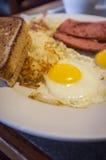 Salchicha de la tostada de los huevos fotografía de archivo