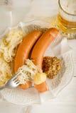 Salchicha de Wurstel con el sauerkraut fotografía de archivo
