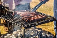 Salchicha del Bbq en una parrilla abierta del fuego del carbón Imagen de archivo libre de regalías