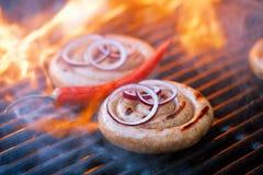 Salchicha del Cumberland, salchicha de cerdo espiral en parrilla del Bbq con la llama, Imagenes de archivo