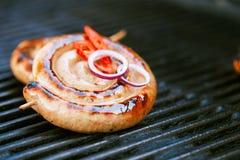 Salchicha del Cumberland, salchicha de cerdo espiral en parrilla del Bbq ninguna llama, Fotos de archivo libres de regalías