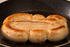 Salchicha del pollo en un sartén Fotos de archivo