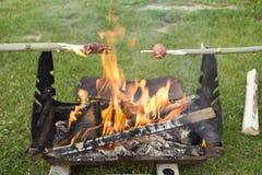 Salchicha en el fuego Fotos de archivo libres de regalías