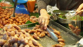 Salchicha en jarabe en el mercado Bangkok Tailandia almacen de metraje de vídeo