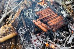 Salchicha en la parrilla Asado en el fuego en el aire abierto Fotos de archivo