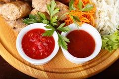 Salchicha frita con las salsas Foto de archivo libre de regalías