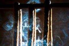 Salchicha fumada y suspendida Fotos de archivo libres de regalías