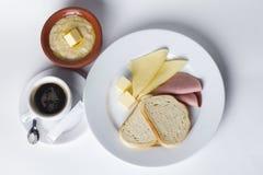 Salchicha, queso, pan blanco, mantequilla, cereal, pote, café, sistema del desayuno Imagen de archivo libre de regalías