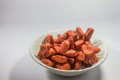 Salchicha roja frita en el cuenco blanco Fotos de archivo libres de regalías