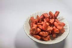 Salchicha roja frita en el cuenco blanco en aislado Imagenes de archivo