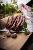 Salchicha seca Salchichas fumadas Salchicha del pa?s, salchicha hecha en casa fotos de archivo