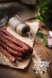 Salchicha seca Salchichas fumadas Salchicha del pa?s, salchicha hecha en casa fotografía de archivo