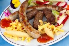 Salchicha y carne-hamburguesa picadita con las bolas de masa hervida Fotos de archivo libres de regalías