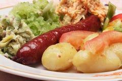 Salchicha y ensaladas Foto de archivo