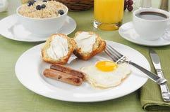 Salchicha y huevos con la torta de café Fotografía de archivo