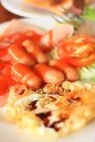 Salchicha y huevos del desayuno: Foto centrándose en un poin específico imagen de archivo libre de regalías