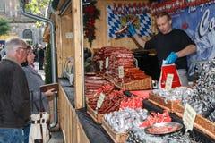Salchichas alemanas que son vendidas a los visitantes en un mercado de la Navidad Foto de archivo