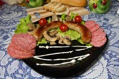 Salchichas asadas a la parrilla, cena simple Foto de archivo