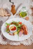 Salchichas asadas a la parrilla con la salsa de tomate, la mostaza y la ensalada Fotografía de archivo