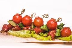 Salchichas asadas a la parrilla con las verduras Imágenes de archivo libres de regalías