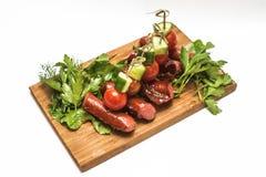 Salchichas asadas a la parrilla con las verduras Fotos de archivo