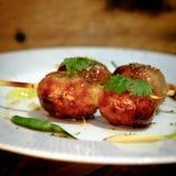 Salchichas asadas a la parrilla tailandesas calientes y picantes con el jengibre conservado en vinagre, limón Fotos de archivo