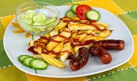 Salchichas con las patatas fritas Imagen de archivo libre de regalías