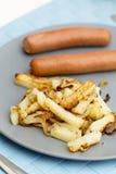 Salchichas con las patatas fritas Fotos de archivo