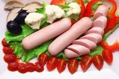 Salchichas con los alimentos de preparación rápida de las verduras Fotos de archivo
