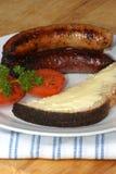Salchichas de cerdo, tomate y pan asados a la parilla de la tostada Imagenes de archivo