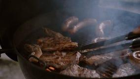 Salchichas de la carne de la parrilla de la barbacoa en terraza al aire libre almacen de video