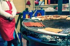 Salchichas de la carne que mienten en una parrilla grande Fotografía de archivo