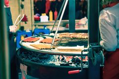 Salchichas de la carne que mienten en una parrilla grande Foto de archivo