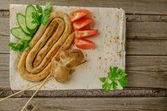 Salchichas del pollo Patatas hervidas Verduras imagen de archivo