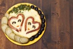 Salchichas en forma de corazón con frito    huevos Foto de archivo libre de regalías