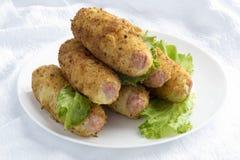 Salchichas en purés de patata con las migajas de pan imagen de archivo libre de regalías