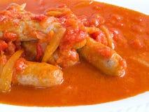 Salchichas en salsa de tomate. Imagen de archivo